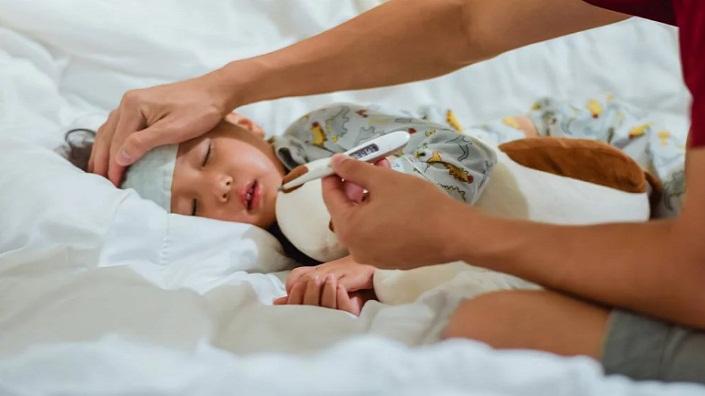 Jangan Dulu ke Dokter, Begini Cara Menurunkan Panas Bayi di Rumah